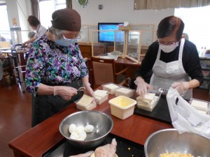 パンにマーガリンを塗る作業