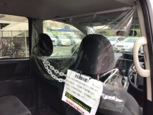 飛沫防止の透明フィルムを運転席とお客様の間に設置しています。