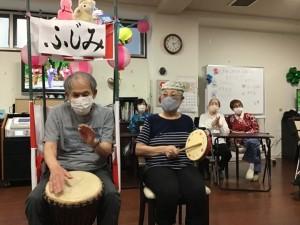 盆踊りの音に合わせて、太鼓を叩きます。