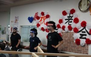 ひげダンスを踊っています。